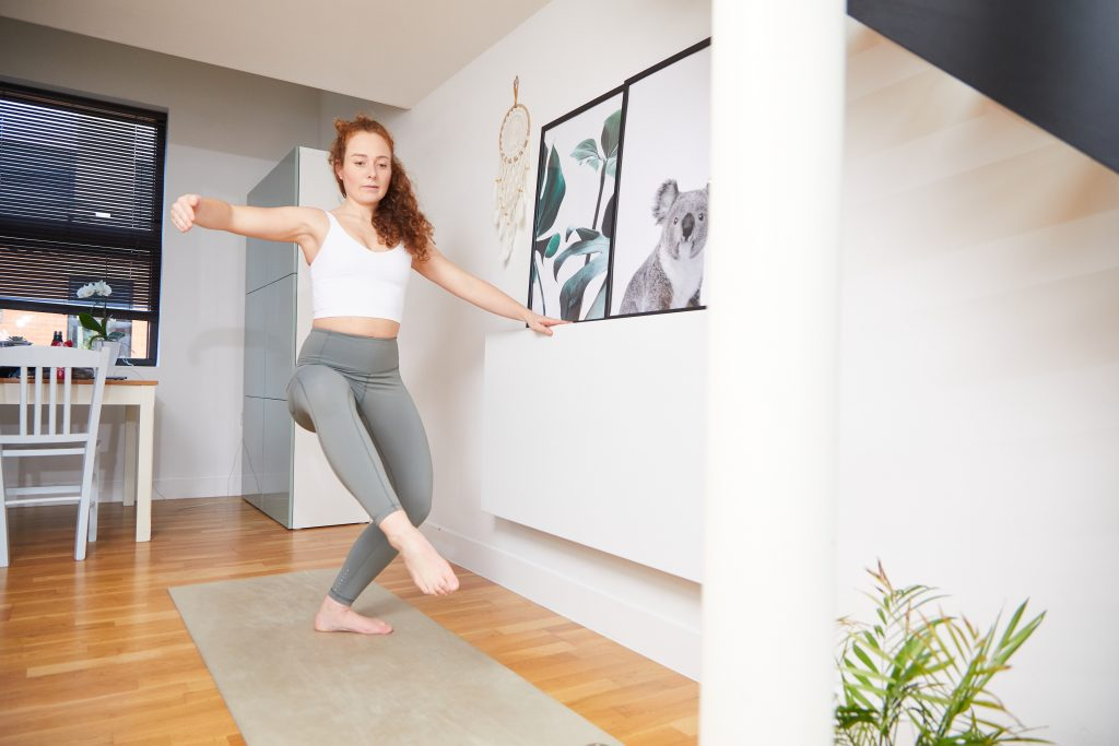 Ballet Contours barre fitness workout. Training at home with on demand sessions. Adult beginner to ballet using Thigh Strength routine for strong, defined leg shape.