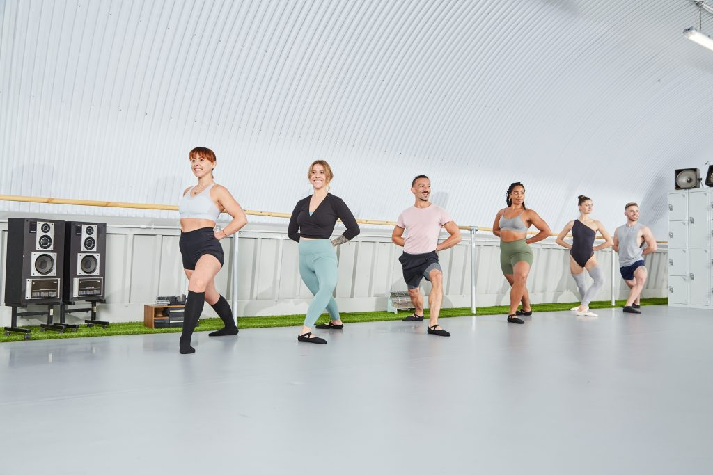Ballet Contours works with hundreds of men and women looking for ballet based barre fitness to compliment their health and wellbeing journey. B Contours is an online, on demand workout programme for everyone to access and benefit from. Ballet Contours is working with beginner adults in a ballet lunge to strengthen the thigh and stretch out the hip flexors.