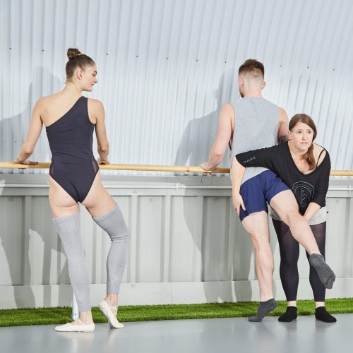 Ballet Contours offers expert instruction in barre fitness, using the same classical techniques as used to train professional ballet dancers. Clear detailed explanations make the online workout sessions perfect for beginners as well as suitable for those returning to ballet having previous experience.